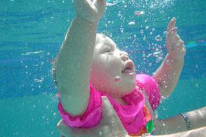 Neonato in piscina